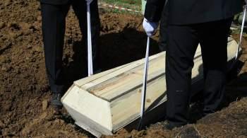 На Украине представили одежду для мертвых. Моделей положили в гробы